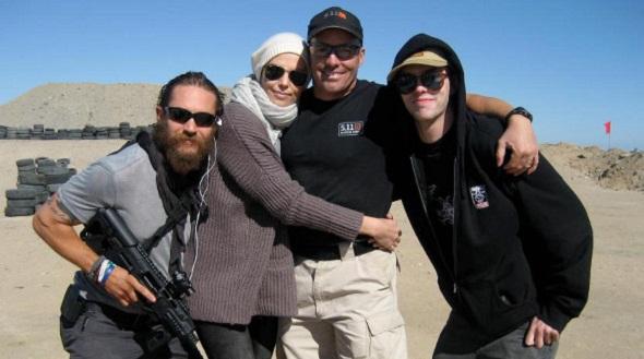 Hardy, Theron y Hoult con el director de la 2ª unidad de 'Mad Max: Fury Road'