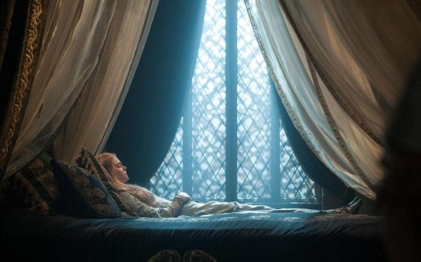 Elle Fanning durmiente en 'Maléfica'