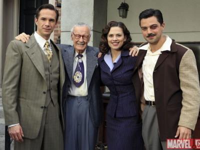 Stan Lee (segundo por la izquierda), en la serie Agente Carter