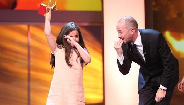 Hana Saeidi sostiene el Oso de Oro a la película 'Taxi'