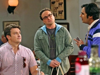 Nathan Fillion junto a dos de los protagonistas de 'The Big Bang Theory'