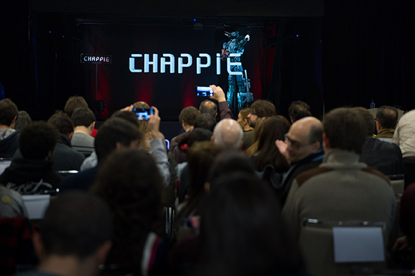 Los asistentes a la Conferencia holográfica Chappie