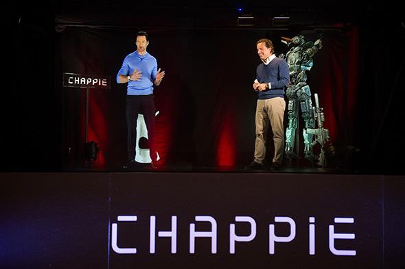 Hugh Jackman y el director de Sony España, en la Conferencia holográfica Chappie