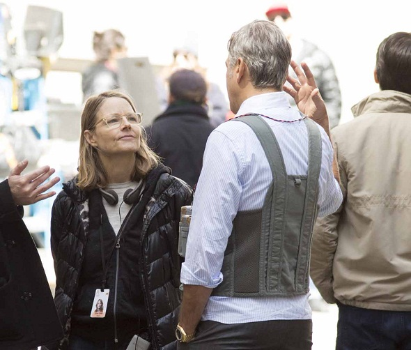 Jodie Foster da instrucciones a sus actores en una pausa del rodaje
